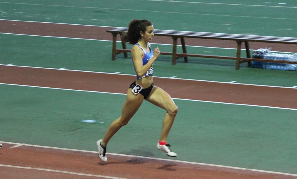 Aina Fornés en una carrera sobre pista cubierta