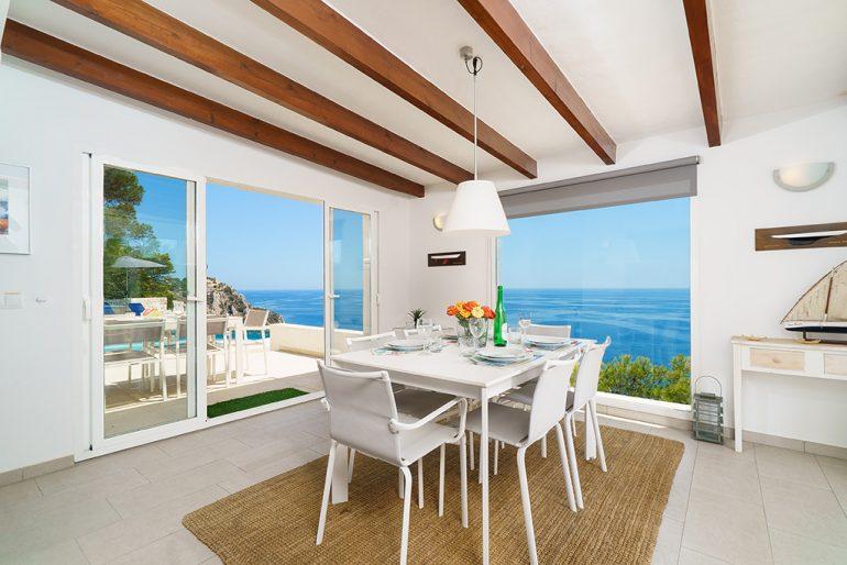 Interior amb vistes al mar a casa de vacances Aguila Rent a Vila