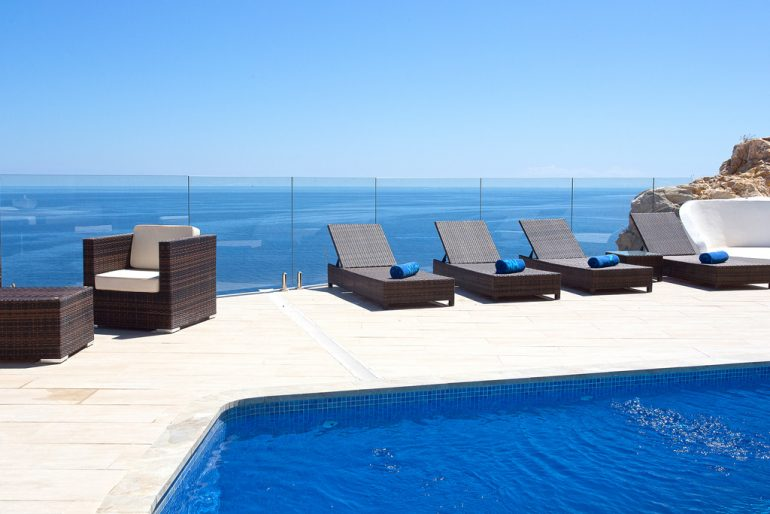 Piscina amb vistes al mar a Aguila Rent a Vila