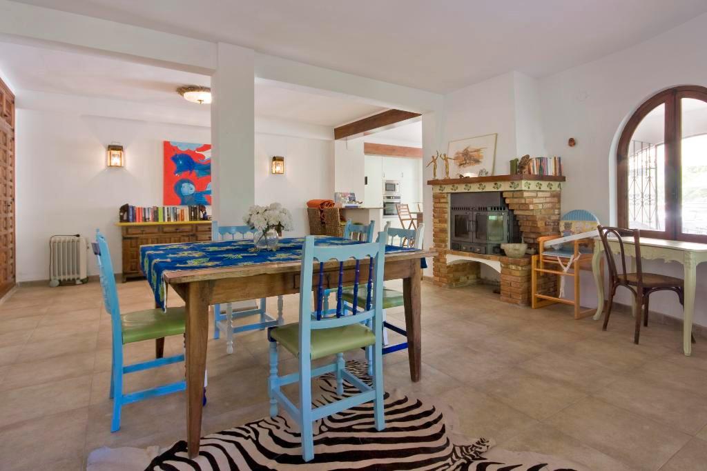 Sala d'estar amb llar de foc Quality Rent a Vila