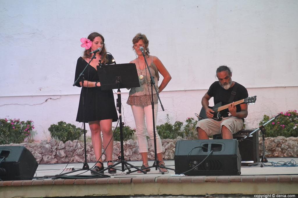 Cantantes haciendo en el escenario