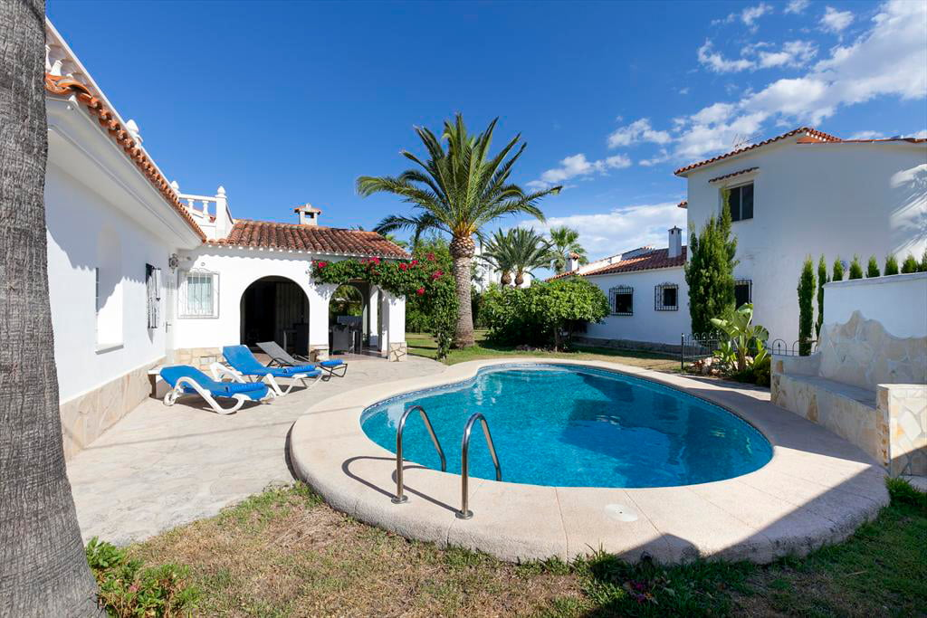 Fachada y piscina quality rent a villa d for Quality piscinas