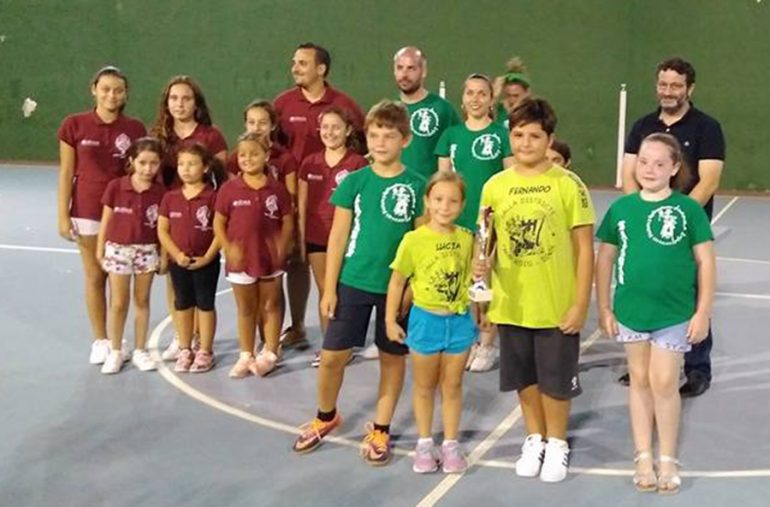 The representatives of the Falla Camp Roig with their trophy