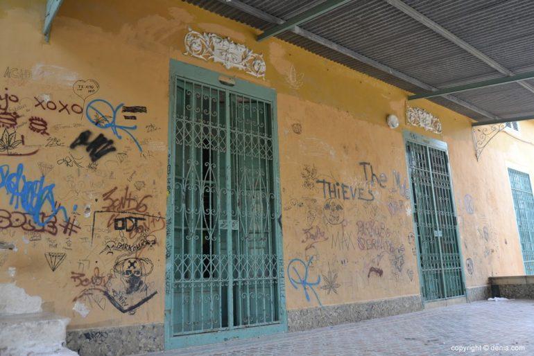 Pintadas en la entrada a la casa de Torrecremada