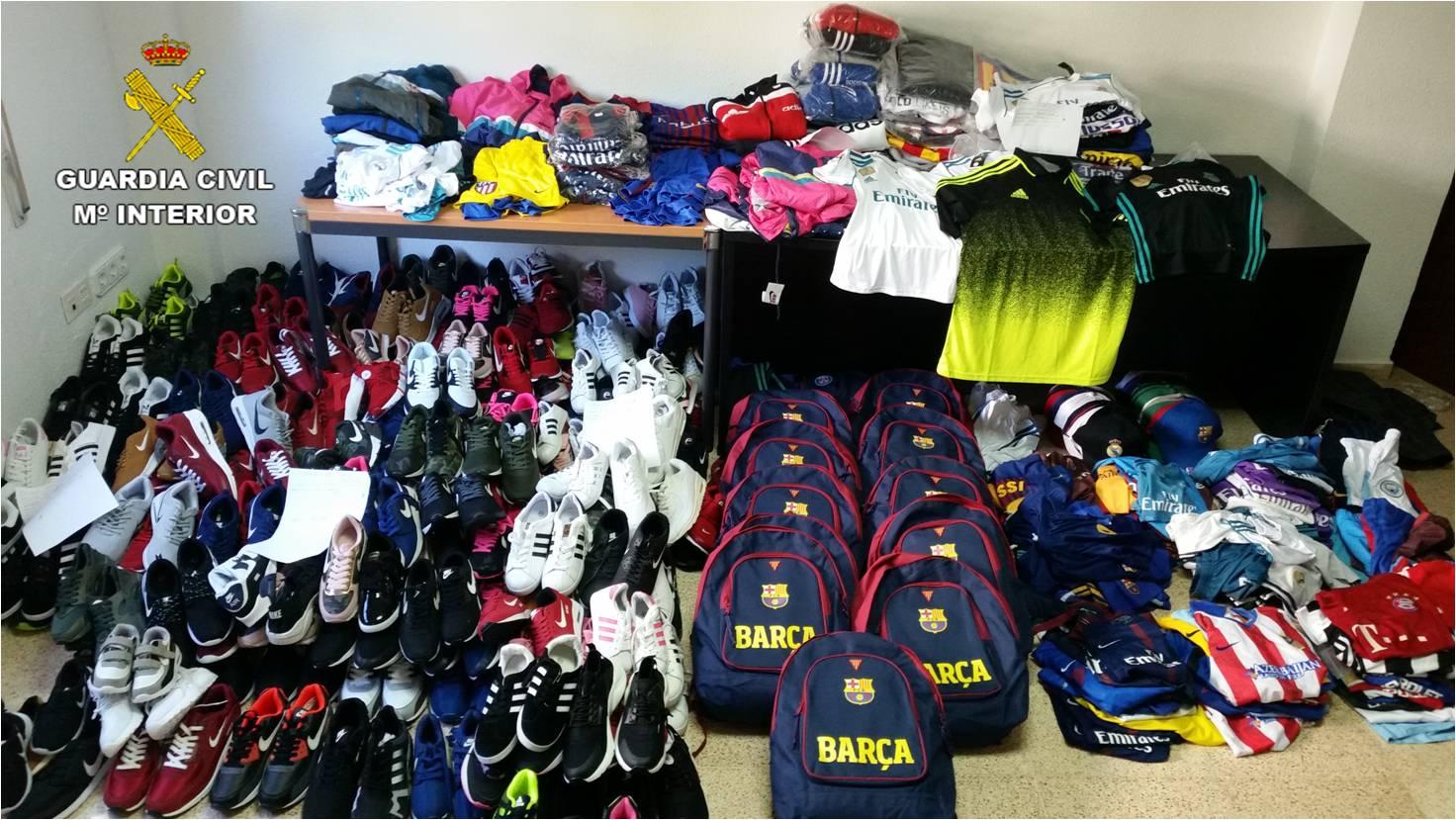 48fa0fabd37b La Guardia Civil ha appreso che in varie posizioni del mercato settimanale  di Denia vendevano prodotti sportivi, come abbigliamento e calzature, forse  falsi ...