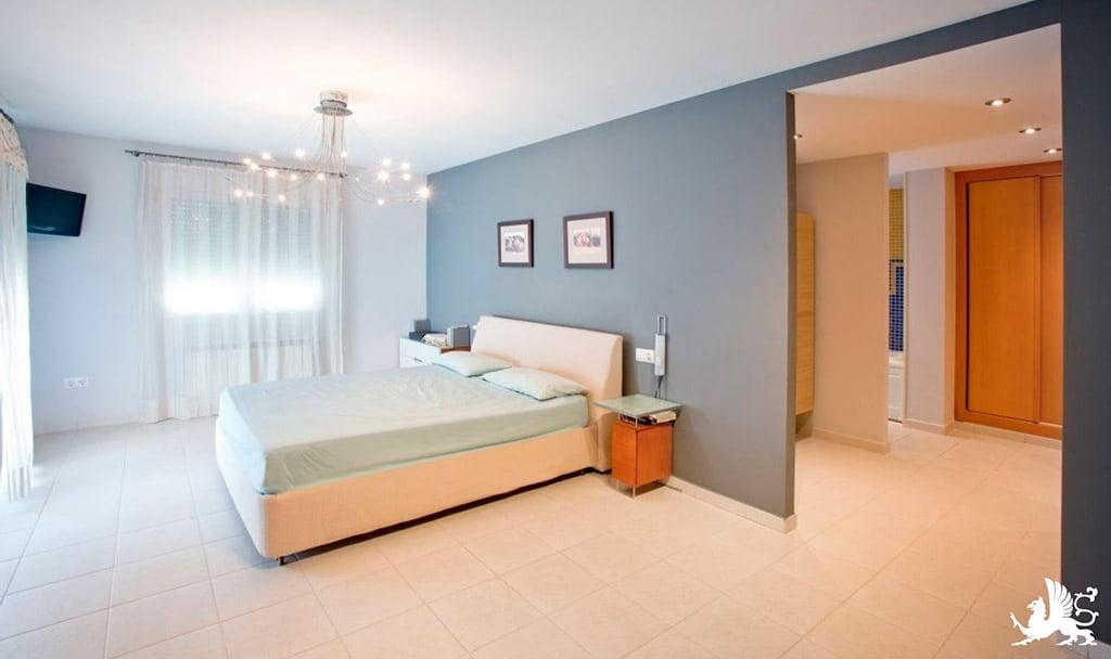 Camera da letto della casa Stirling Ackroyd in Spagna