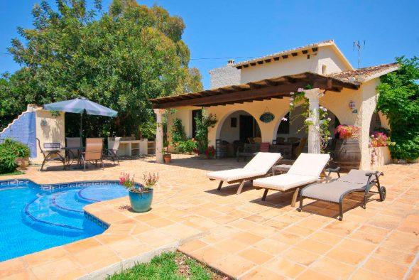 Villa de dos plantas con piscina privada para tus for Piscina privada para dos