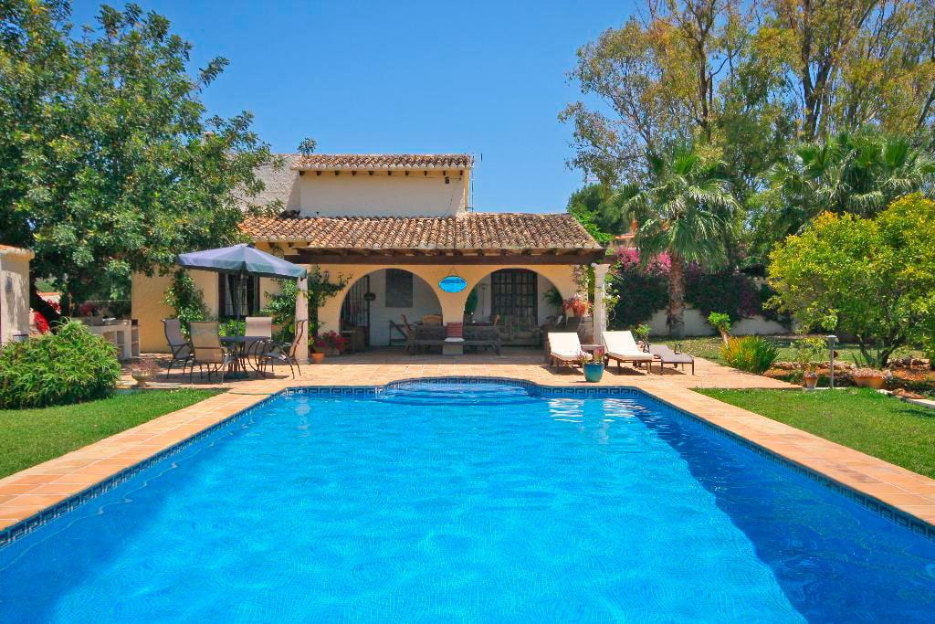 Villa de dos plantas con piscina privada para tus for Villas de vacaciones con piscina privada