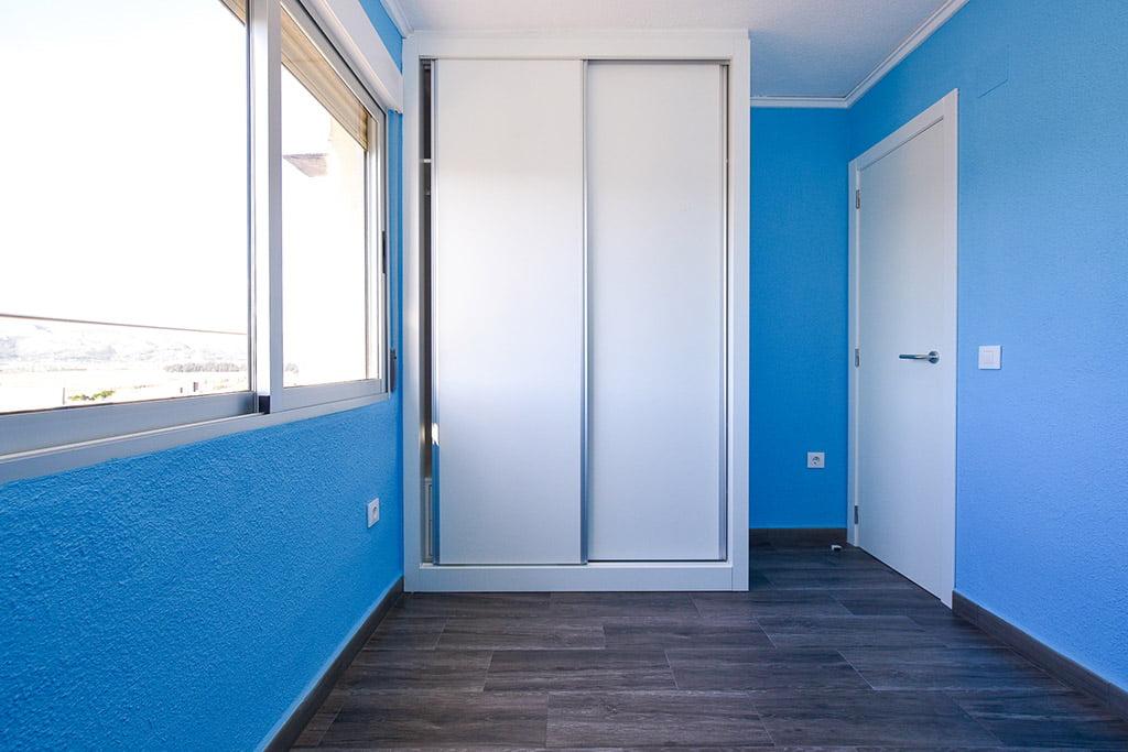 Habitación azul reformada Reformas Integrales Macamon