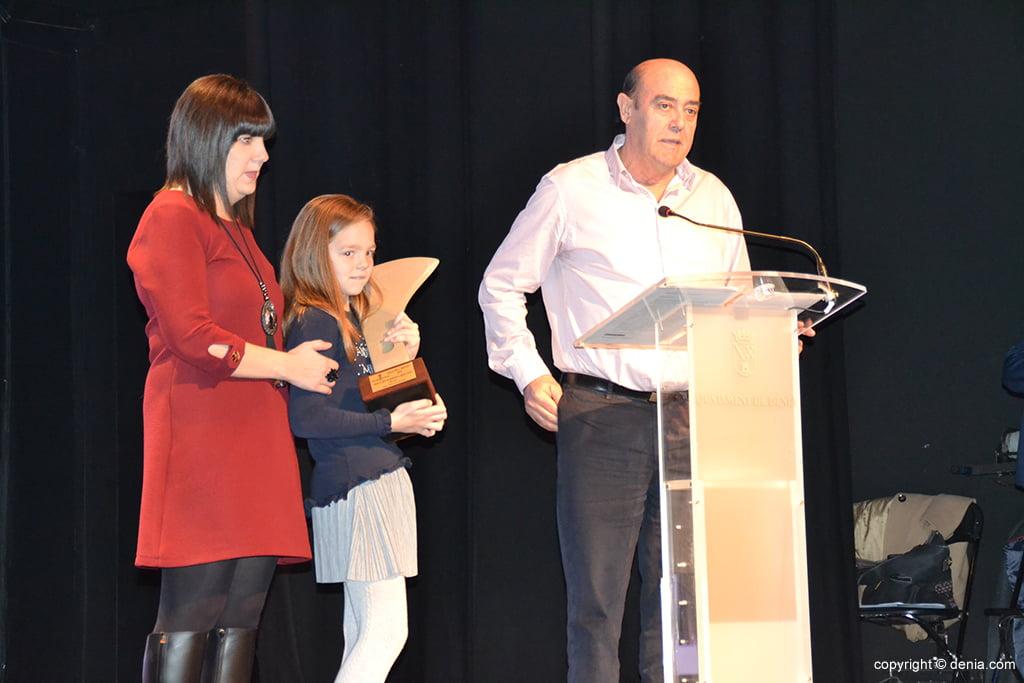 Abuelo de Silvia Bordes agradeciendo el premio