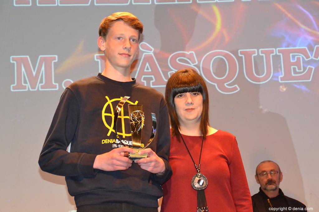 Iván Alexandrov con su trofeo