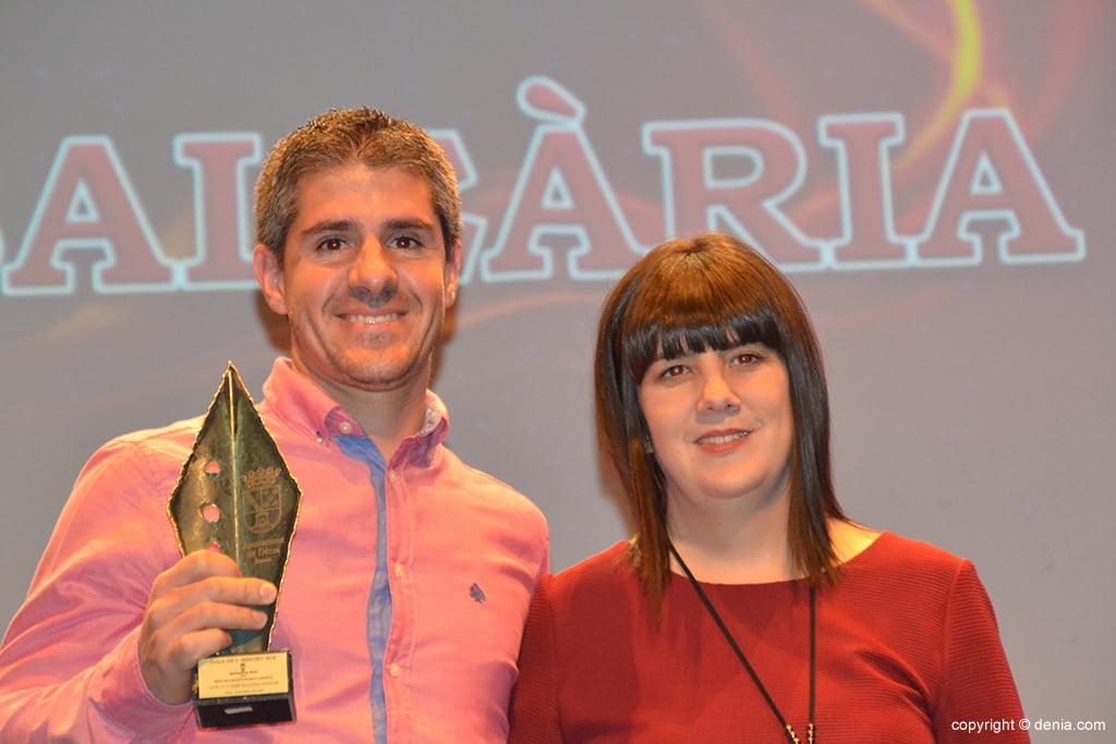Jorge Jorro con  el trofeo a la Volta a Peu a Dénia