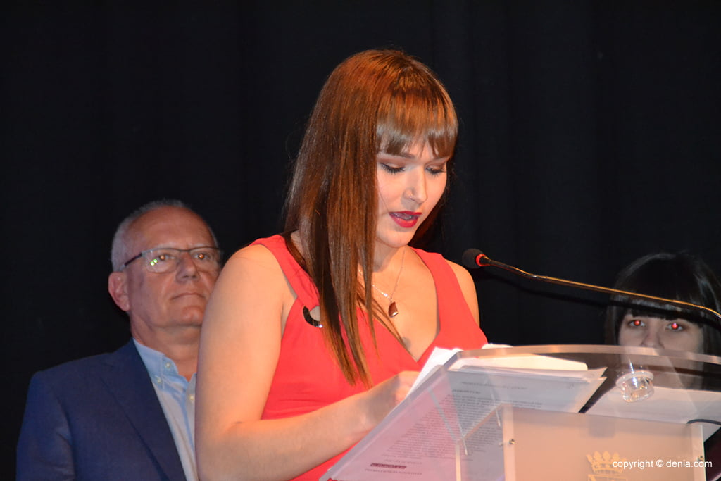 Laura Crespo leyendo el premio al mejor deportista del 2017