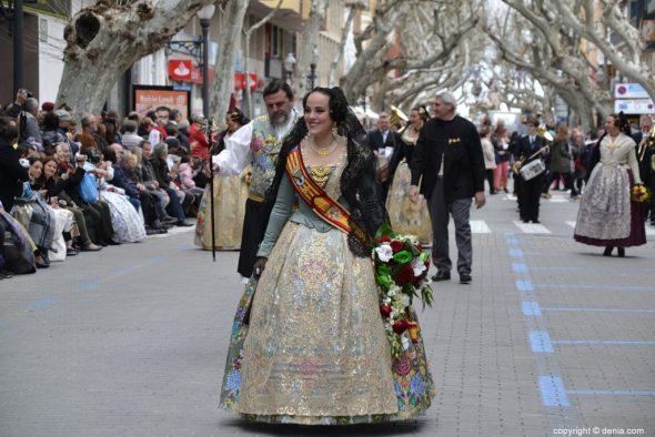 Milers de fallers i falleres desfilen en l'Ofrena de Flors de les ...