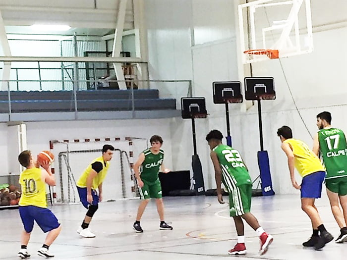 Junior dianense tirando un tiro libre frente al CB Ifach Calp
