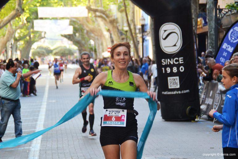 Mª Isabel Ferrer crossing the finish line