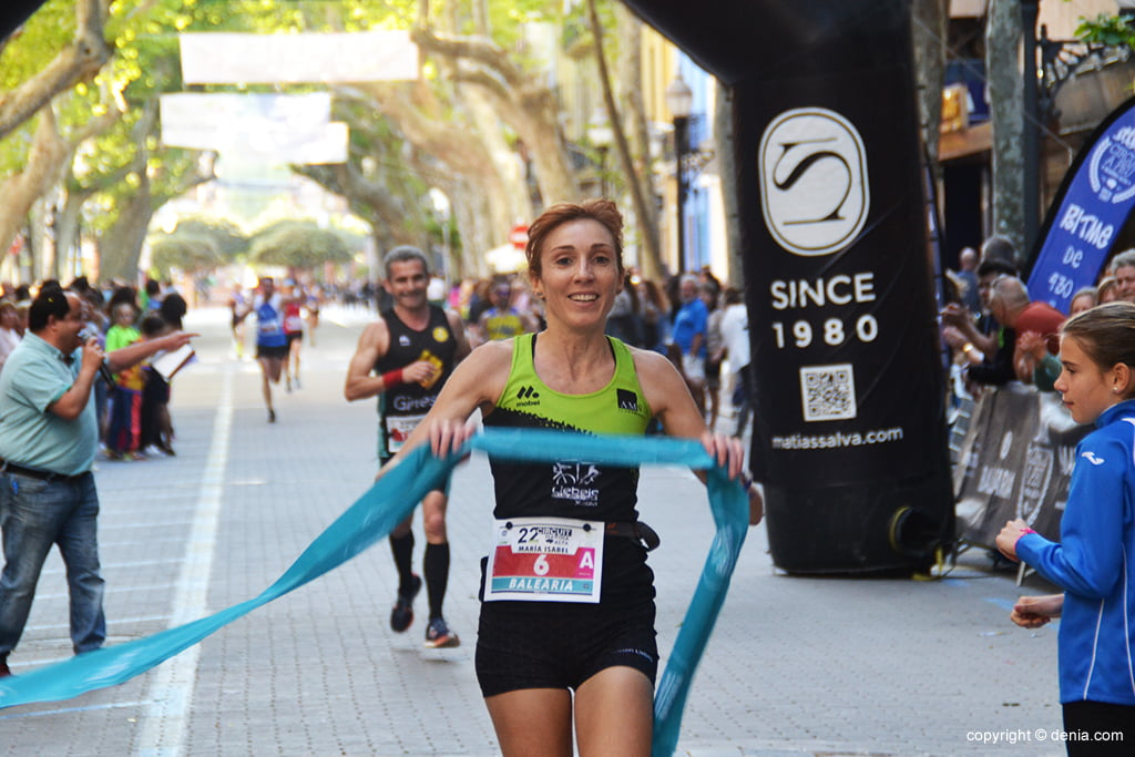 Mª Isabel Ferrer crossing the finish line
