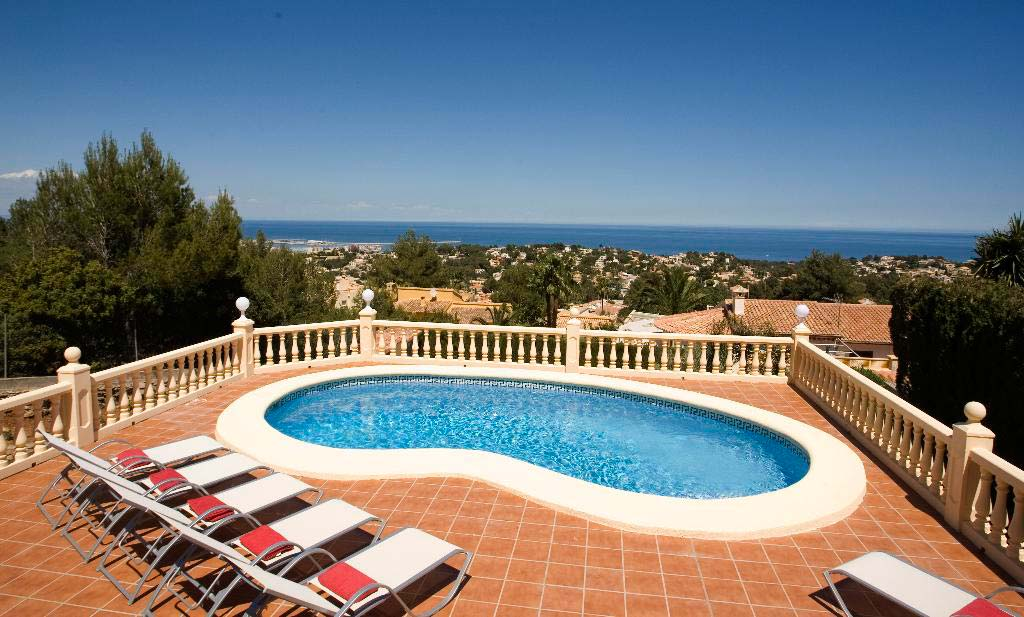 Villa con piscina en quality rent a villa d for Quality piscinas