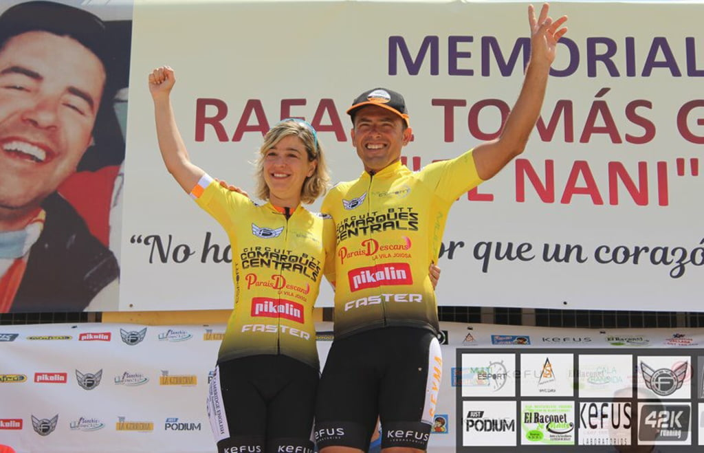 Two cyclists from the Multiesport-UCMontgó dressed in yellow