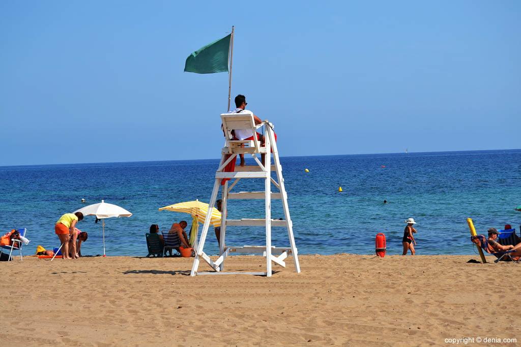 Socorrista en una platja de Dénia
