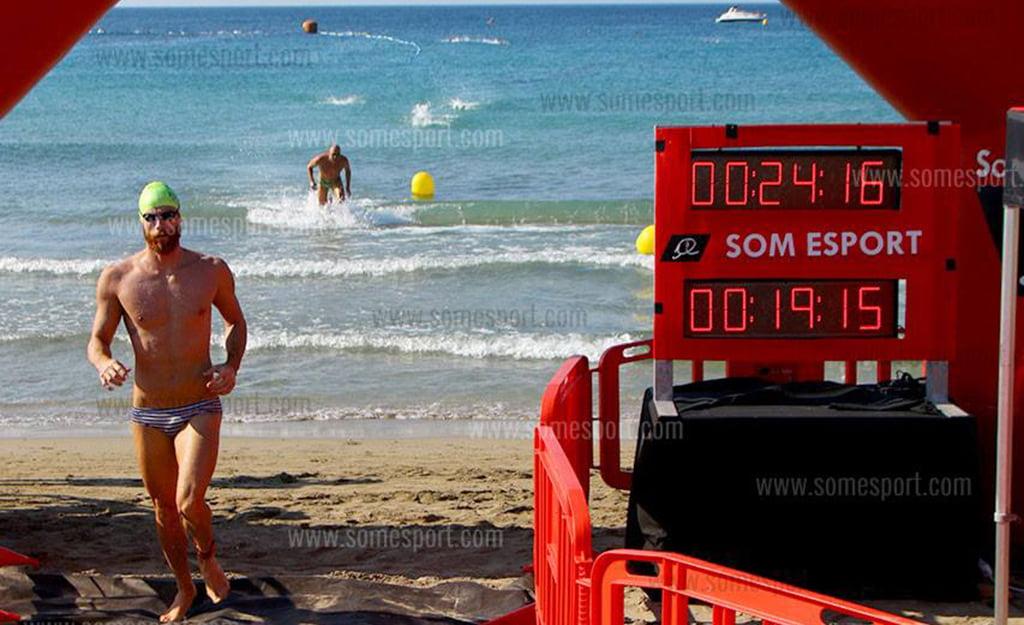 Alberto López saliendo del agua como ganador