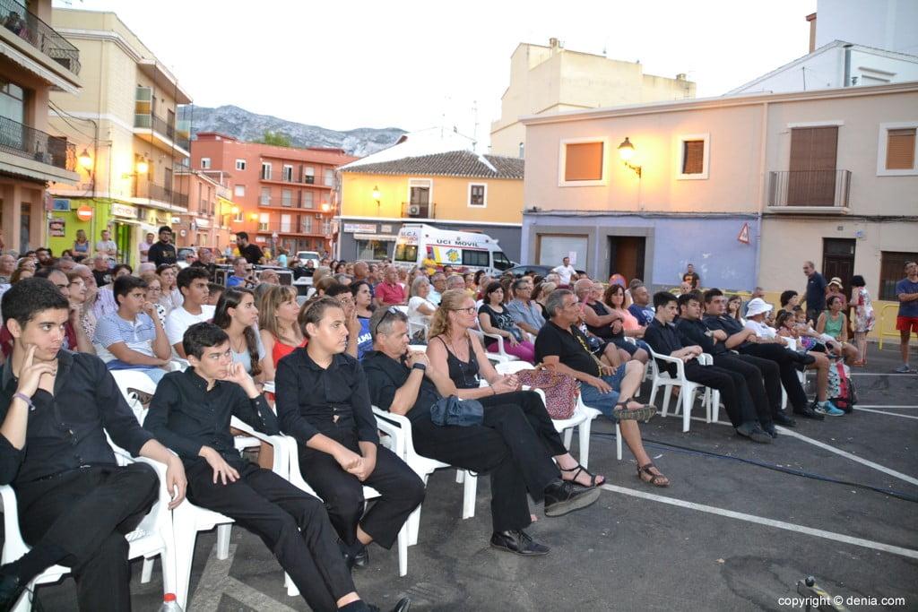 Asistentes al concierto de la colla Xirimitabs de Xàbia