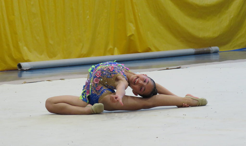 Nicol bisbal en el suelo