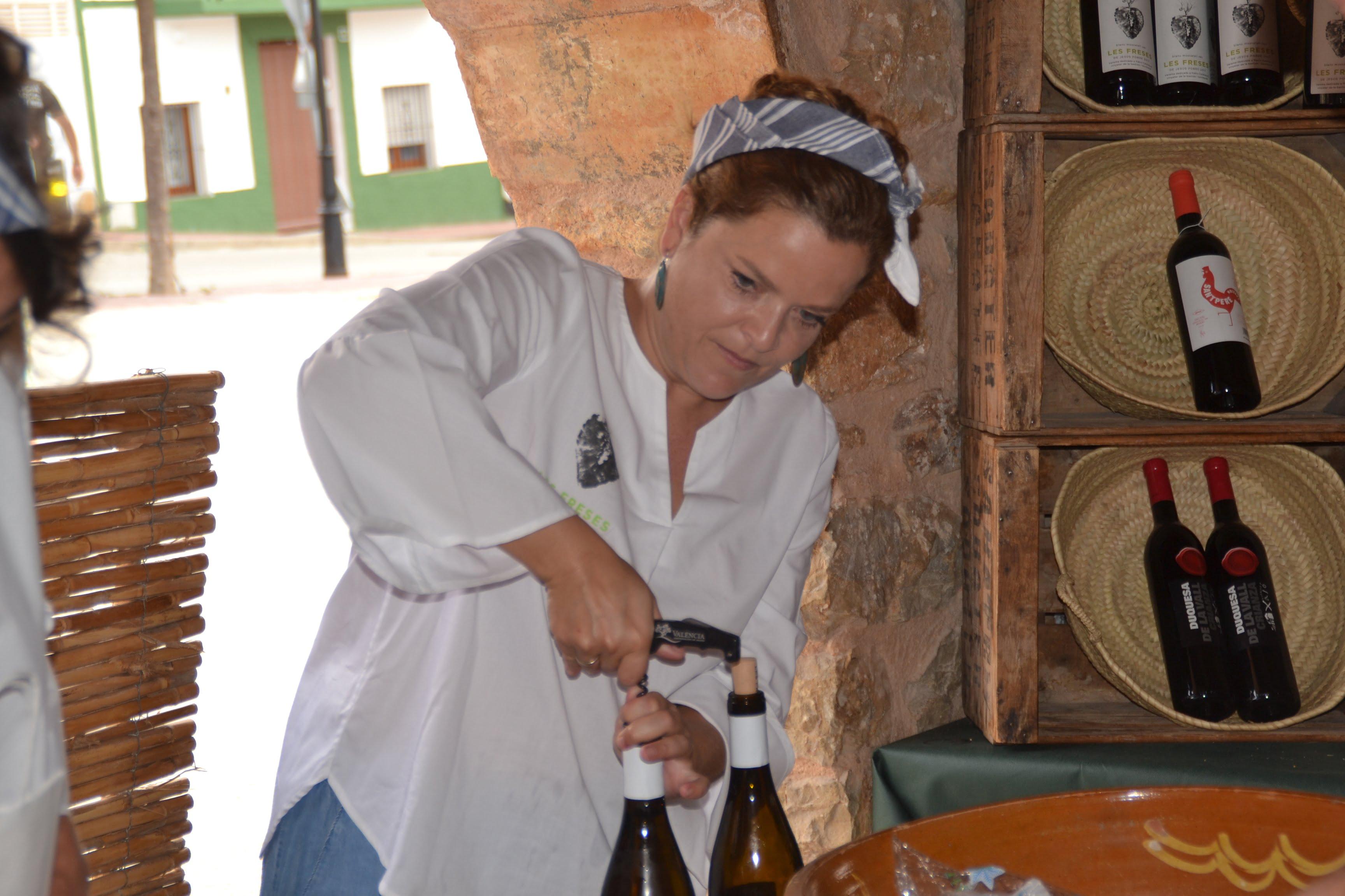 Mara se baigna en débouchant une bouteille