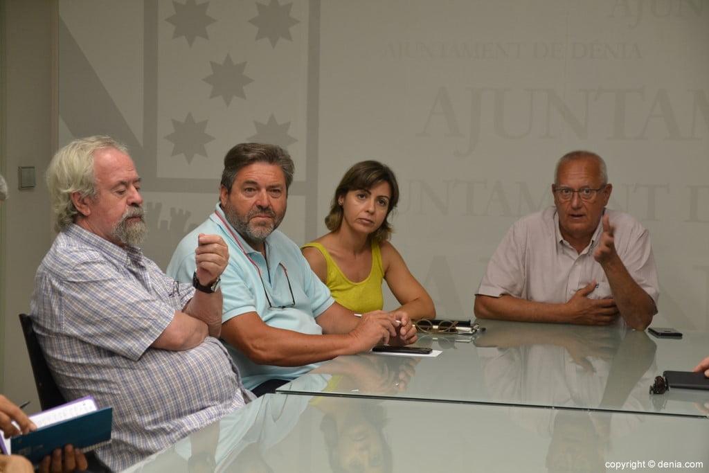 Ratsmitglieder und Bürgermeister bei dem Treffen mit den Händlern des Zentrums