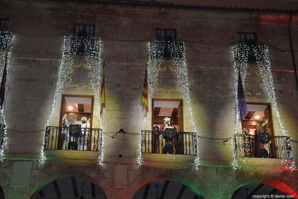 Cabalgata Reyes Magos Dénia 2019 - Les rois sur le balcon de la mairie