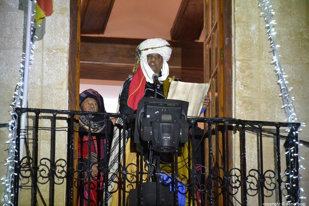 Cabalgata Reyes Magos Dénia 2019 - Baltasar depuis le balcon