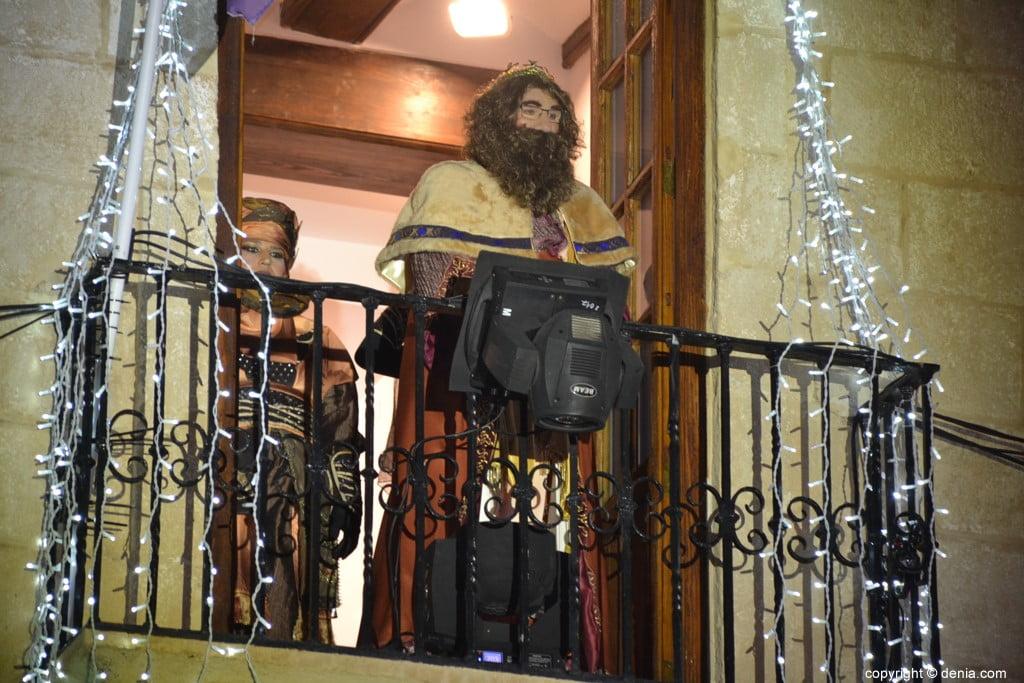 Cabalgata Reyes Magos Dénia 2019 - Gaspar depuis le balcon