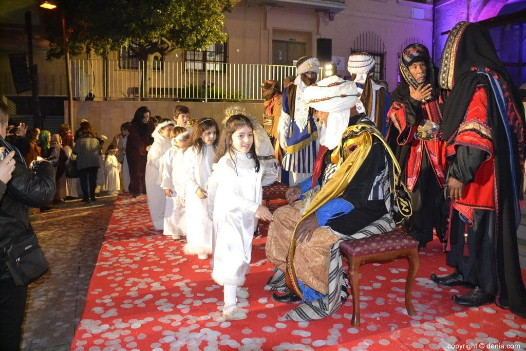Cabalgata Reyes Magos Dénia 2019 - Les rois saluant les enfants