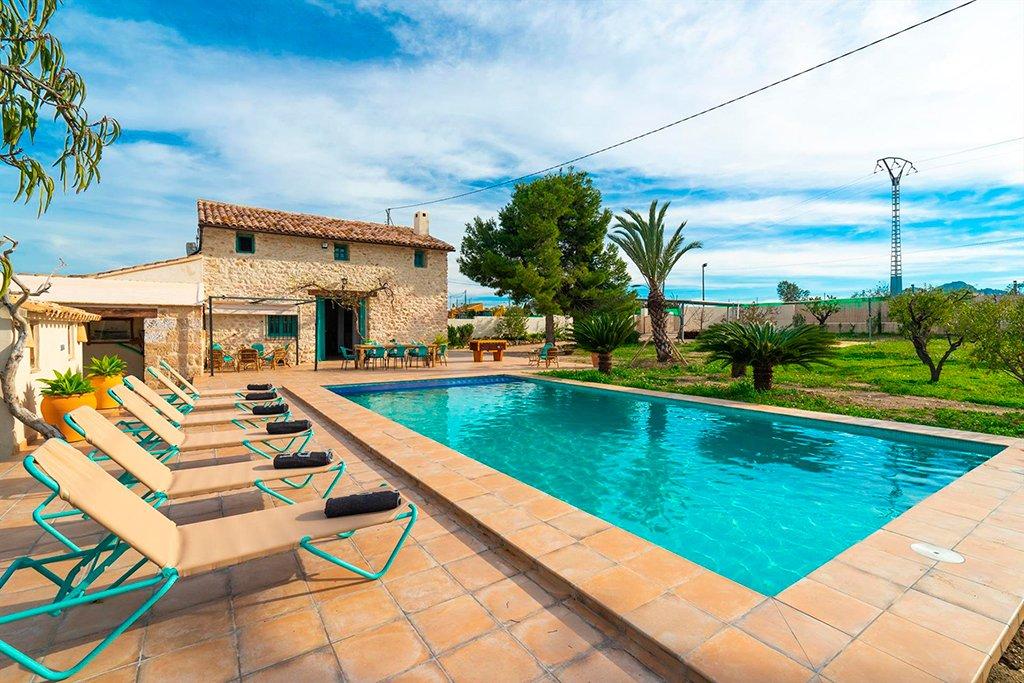 Aguila rent a villa te ofrece una gran finca r stica con for Apartamentos con piscina privada vacaciones