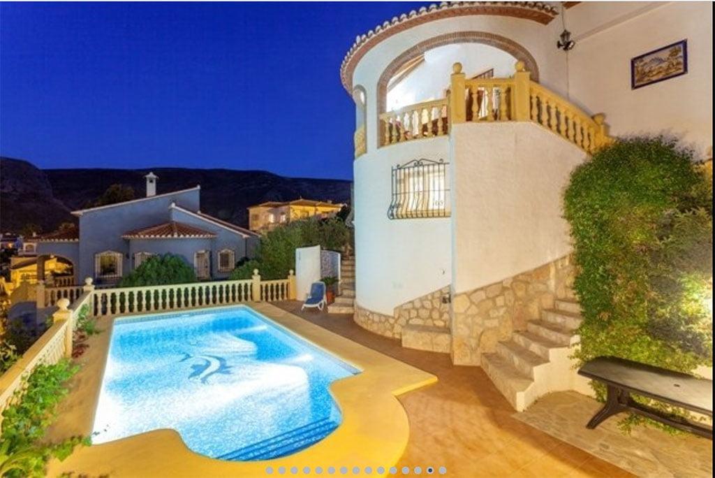 piscina de noche vacation villas