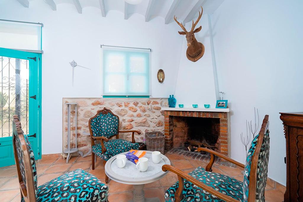 Sala de estar con chimenea aguila rent a villa d for Desarrollar una gran sala de estar