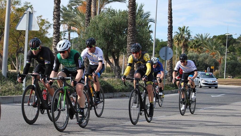 Grupo de ciclista en una rotonda de Terra Mítica