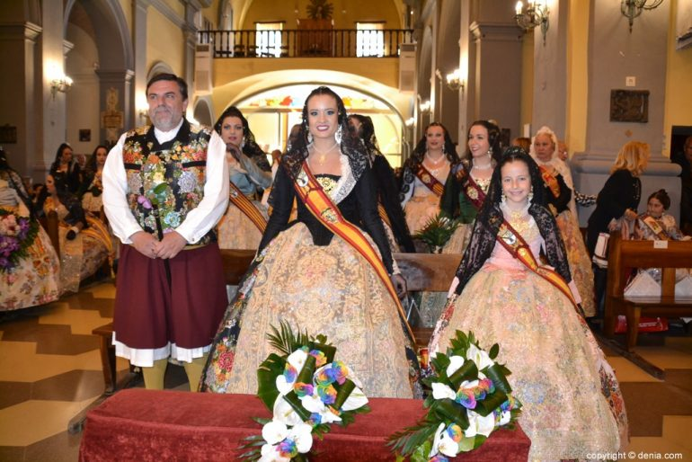 21 Offering of flowers in the church - Falleras Mayores and Presidente