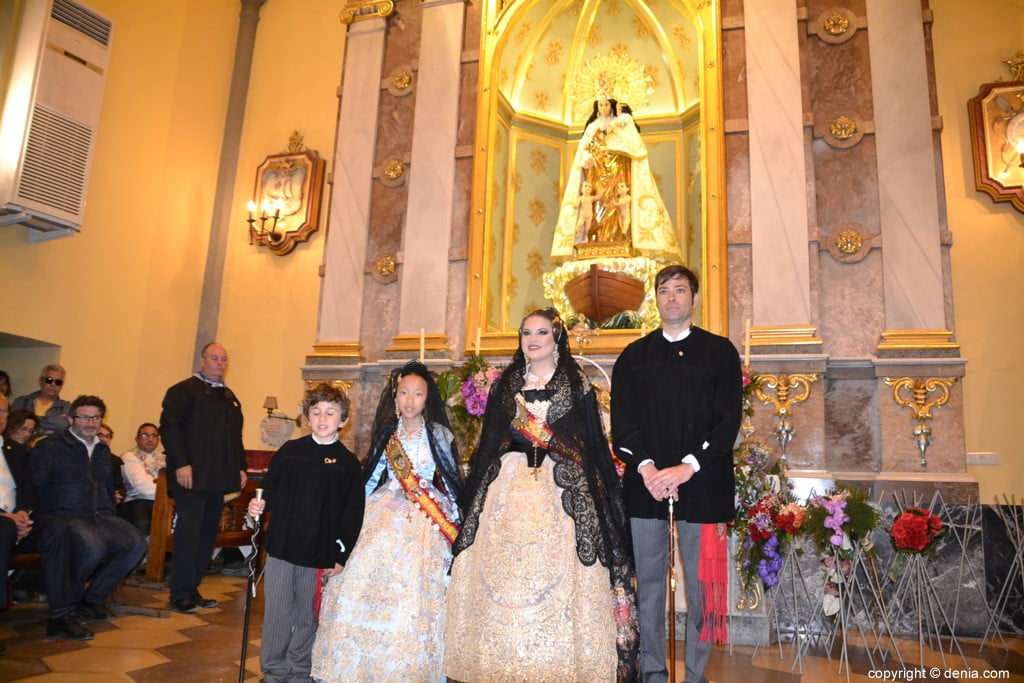 33 Offering of flowers in the church - Falla Centro