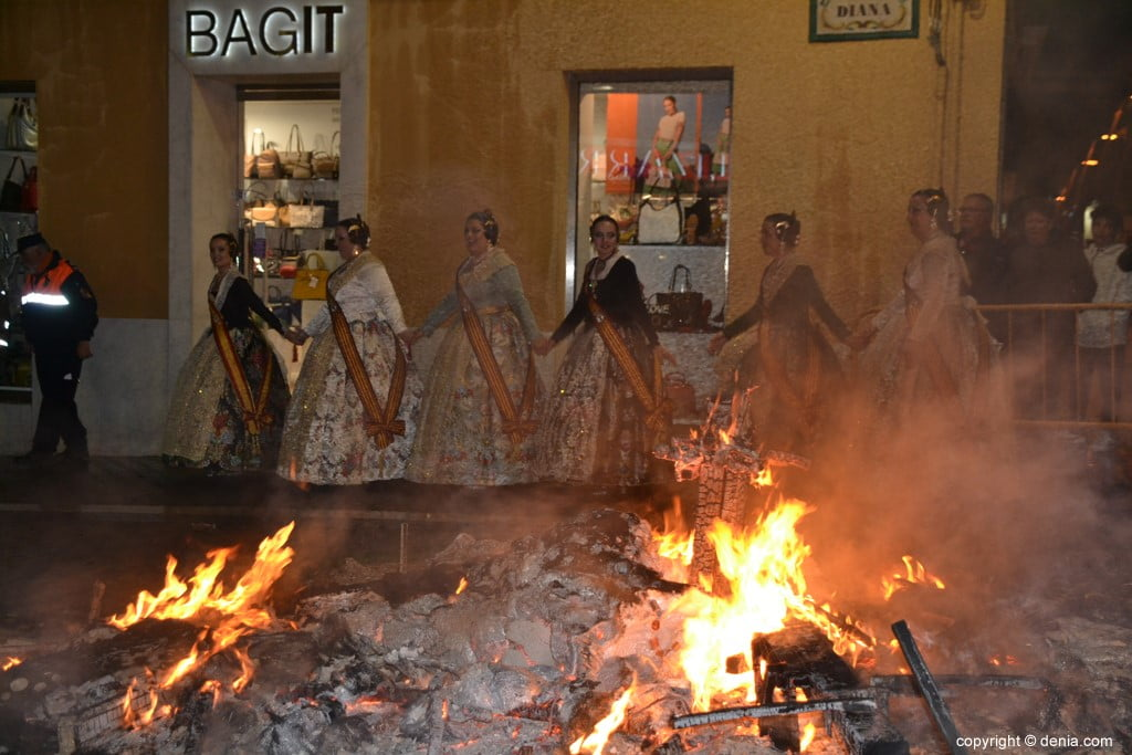 34 Cremà de la falla of the Local Board Fallera 2019 - surrounding the fire