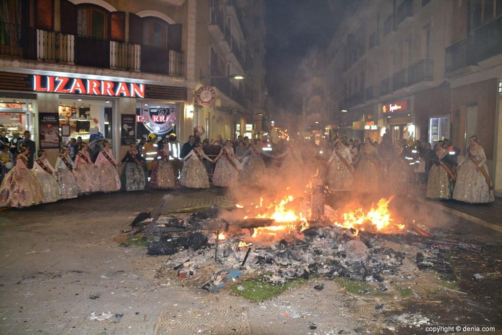 36 Cremà de la falla de la Junta Local Fallera 2019 – rodeando el fuego