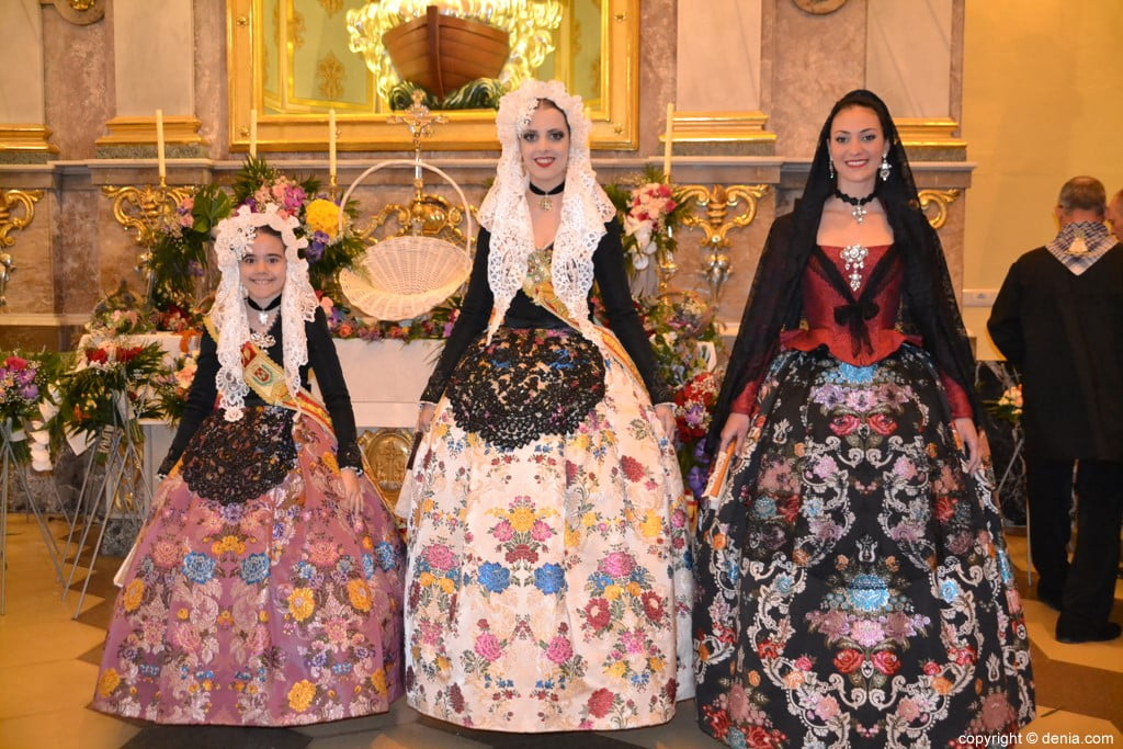 36 Offering of flowers in the church - Representatives of Sant Vicent del Raspeig
