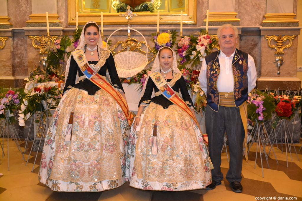 37 Offering of flowers in the church - Meeting of Celebrations of Elche