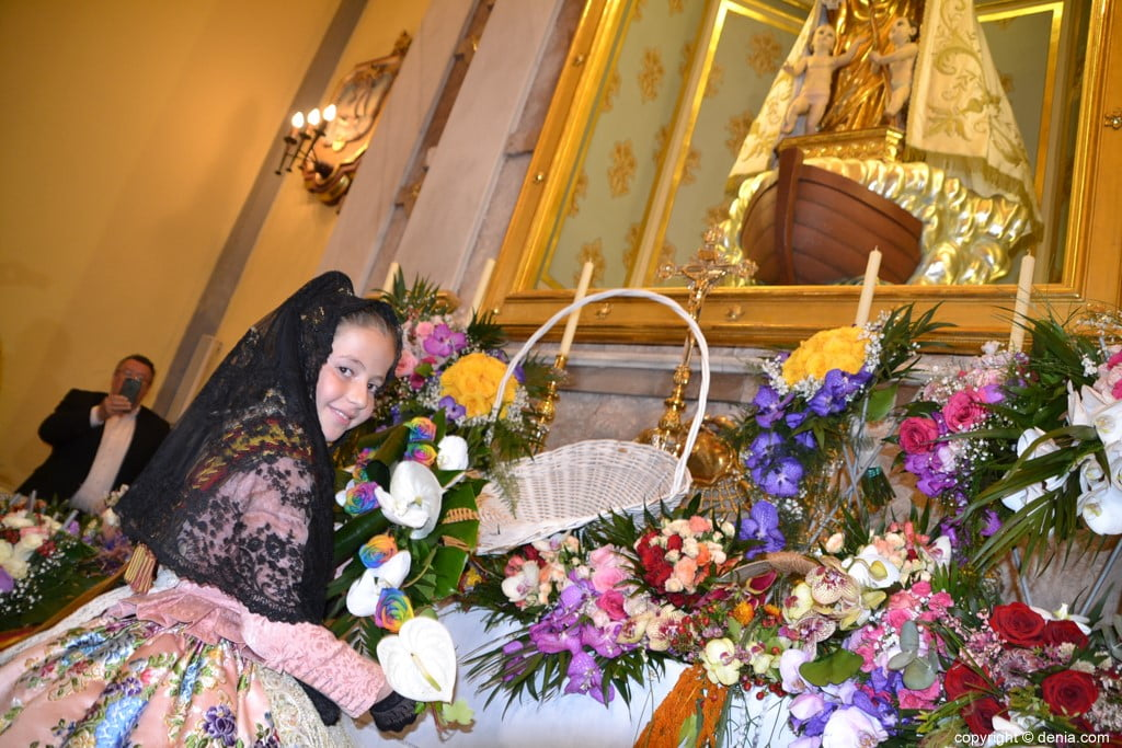 41 Offering of flowers in the church - Neus Suárez