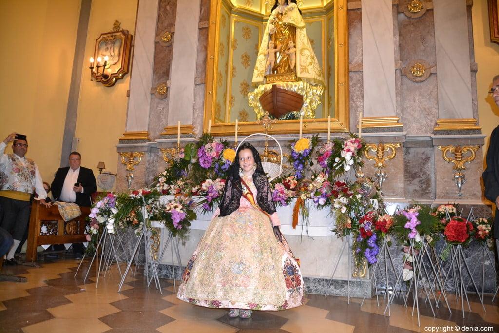 42 Offering of flowers in the church - Neus Suárez