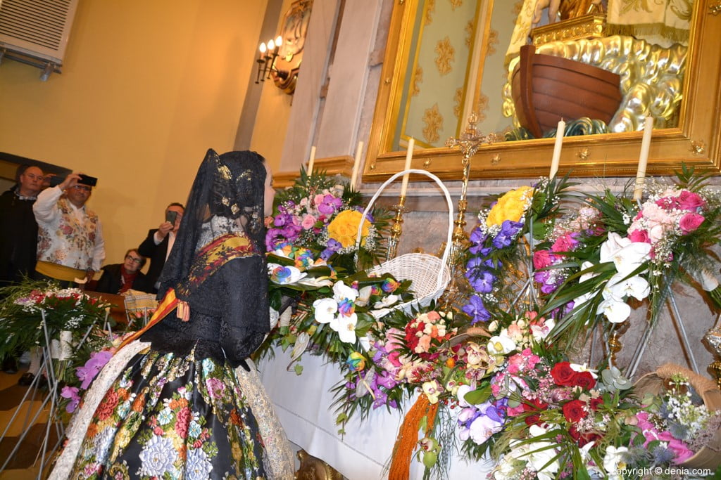 44 Offering of flowers in the church - Amparo Petrie
