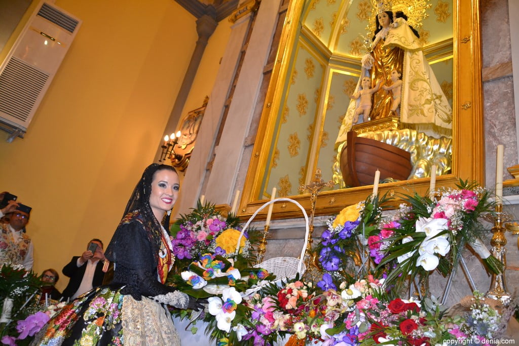 45 Offering of flowers in the church - Amparo Petrie