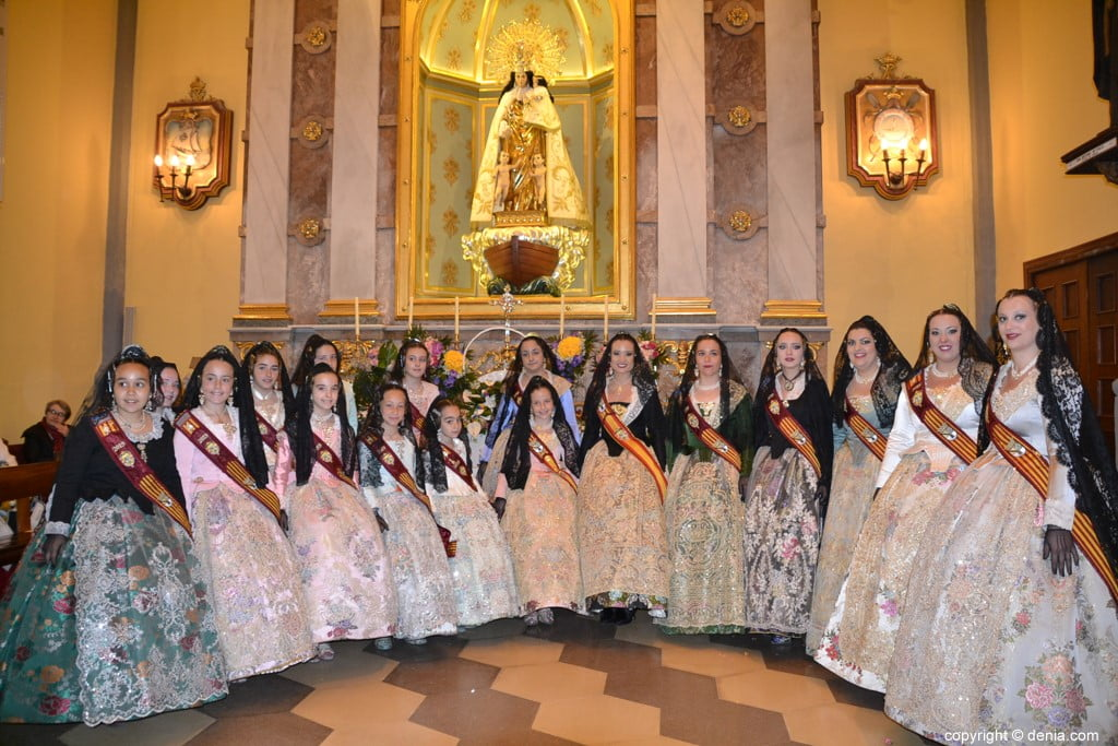 54 Offering of flowers in the church - Falleras mayores and courts of honor