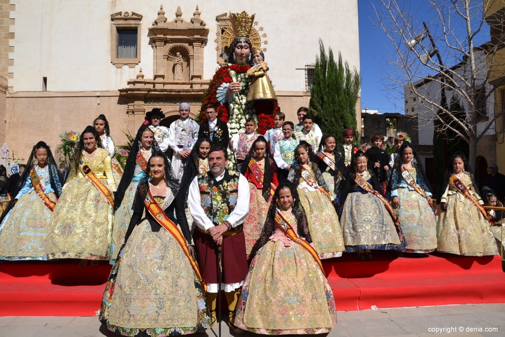 59 Offering of flowers in the church - Child charges of the fallas de Dénia