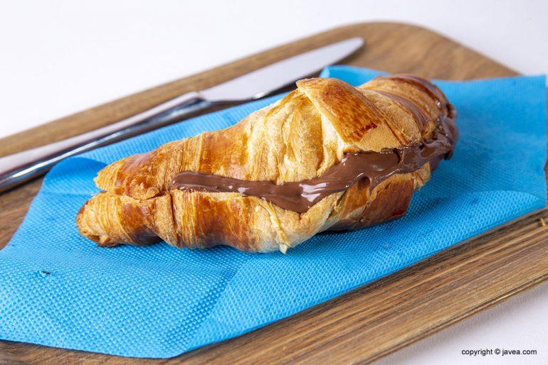 Croissant de chocolate para desayunar o merendar en Jávea - Restaurante Ammos